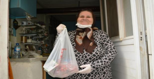 Ayvalık'ta sokağa çıkamayan yaşlı kadına polis şefkati