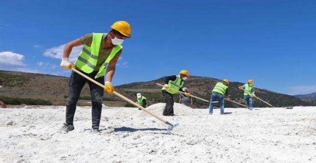 Kamyonlarla tahrip edilen Salda Gölü'nü kürekle düzeltmeye çalışıyorlar