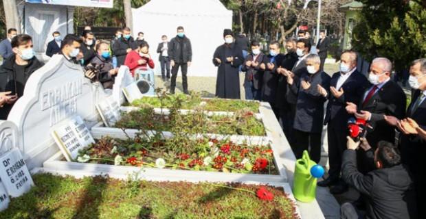 Eski başbakanlardan merhum Prof. Dr. Necmettin Erbakan, vefatının 10. yılında kabri başında anıldı.