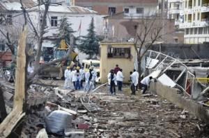 Diyarbakır'da lojmanlara bombalı saldırı: 1 şehit, 3'ü bebek 5 ölü