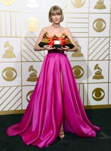 epaselect epa05163896 Taylor Swift holds up her awards for Best Music Video, Best Pop Vocal Album, and Album of the Year in the press room for the 58th annual Grammy Awards held at the Staples Center in Los Angeles, California, USA, 15 February 2016. EPA/MIKE NELSON