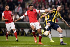epa05216988 Braga's Hassan (C) in action against Fenerbahce's Kjaer (R) during their Europa League soccer match, held in Braga, Portugal, 17 March 2016. EPA/JOSE COELHO