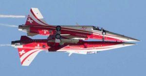 İsviçre akrobasi uçakları havada çarpıştı