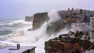 Sydney'de halk 40 metreyi bulan dalgalardan büyük panik yaşıyor