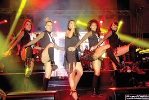 """Hande Yener,""""Turkcell Yıldızlı Geceler"""" konserlerinde hayranları ile buluştu"""