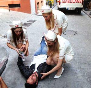 Bir filmde mini etek giymiş hemşirelerin rol alması sağlık camiasını ayağa kaldırdı