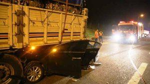 Sakarya'da feci kaza: Otomobil Tır'ın altına girdi