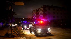 Emniyet güçlerinin şüphe üzerine durdurmak istediği ticari taksiden polise ateş açıldı