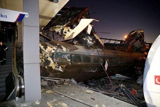 Yüksek hızlı tren banliyö treniyle çarpıştı 4 Ölü 43 yaralı