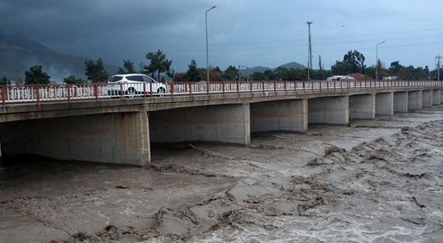 Kuvvetli Yağış Antalya ve Muğla'yı Etkisi Altına Aldı