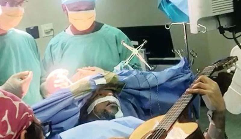 Beyin Ameliyatı Olurken 6 Saat Buyunca Gitar Çalan Adam