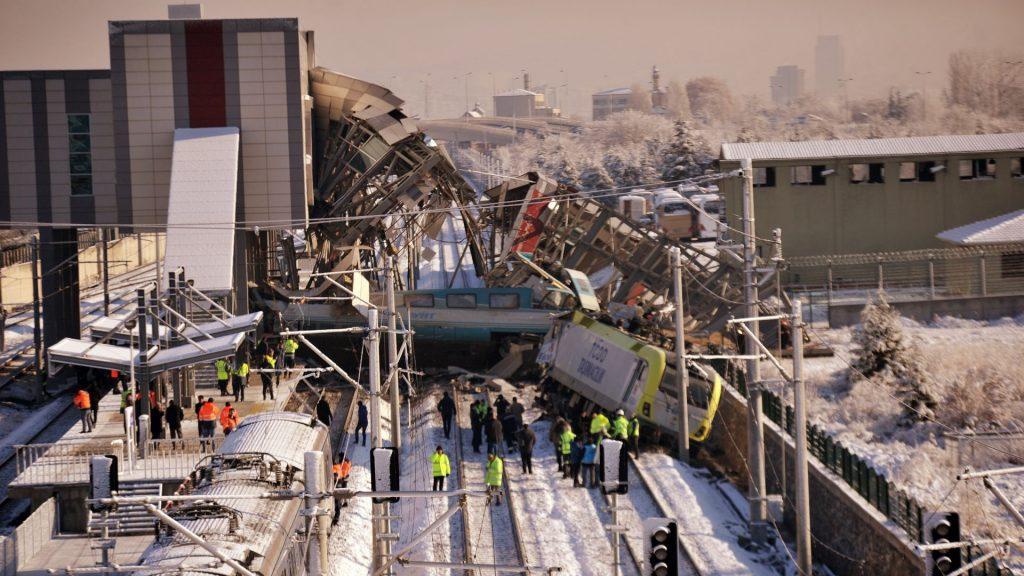 Uzmanlar tren kazasıyla ilgili ; Yüksek hızlı tren hattında sinyalizasyon olmamasının kabul edilebilir ve teknik açıdan savunulabilir bir yanı olmadığını söyledi.