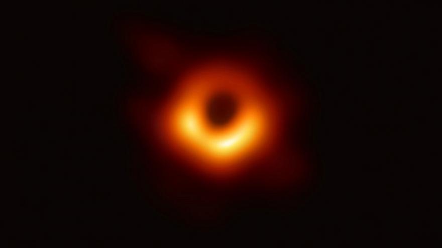 Uzak bir galaksinin merkezinde yer alan süper kütleli kara deliğin fotoğrafı ilk kez çekildi
