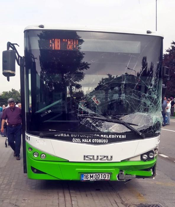 Bursa'da özel halk otobüsü çok sayıda araca çarptı!