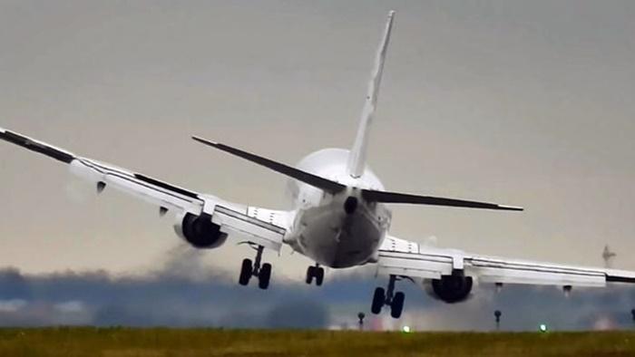 Moskova Sheremetyevo Havalimanı'nda uçak yanıyor 13 yolcu hayatını kaybetti !