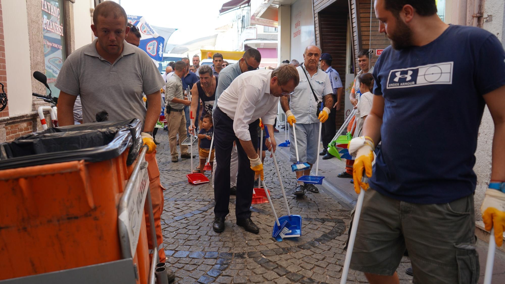 Daha temiz bir AYVALIK için, Sokaklarımızı  Temizliyoruz